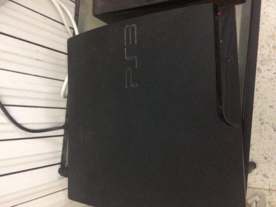 PS3 peu utilisée avec 6 CD's ( FIFA;14,15,17-PES2008-AC REVOLUTION -PS3 demos ) +Cable HDMI+Cable d'alimentation+Manette PS2 avec adaptateur USB
