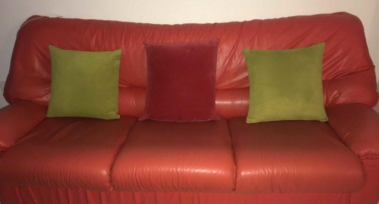 salon cuir rouge + table + 2 chaises roulantes en bonne occasion