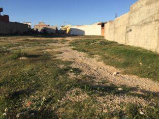 Un terrain dans Kalaa Kebira (fedn3oun)u, à 260 m sur la route principale, aménageable, avec certificat de propriété, à proximité de l'école, et à 1 km du centre-ville