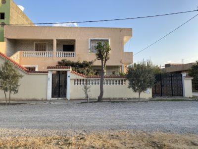 2 maisons avec une jardin et un garage